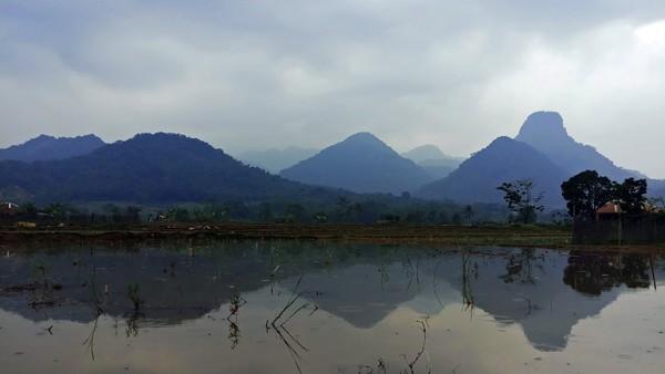 Pegunungan Sanggabuana adalah sebuah kawasan hutan lindung di Kabupaten Karawang, Purwakarta, Bogor dan Cianjur. Alih fungsi lahan hutan, pertambangan, juga perburuan liar mengancam kelestarian ekosistem di satu-satunya hutan di Kabupaten Karawang ini. Foto: (Bernard T/Istimewa)