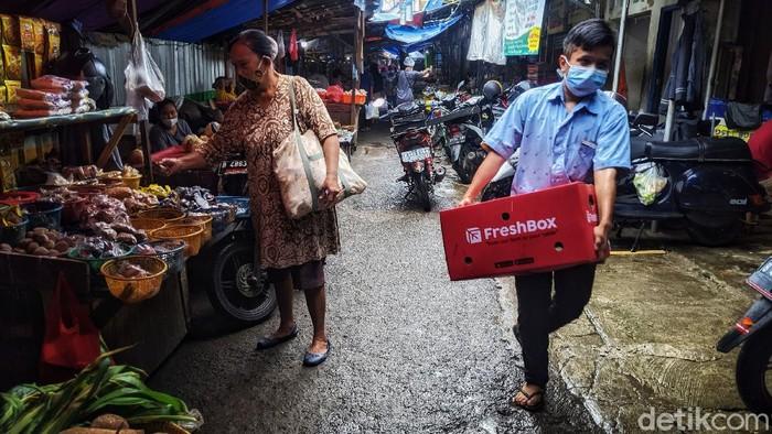 Para pedagang beraktifitas di lokasi sementara Pasar Blok A, Jakarta Selatan, Sabtu (3/4/2021). Pasar sementara tersebut berbatas pagar dengan pasar yang akan direvitalisasi.