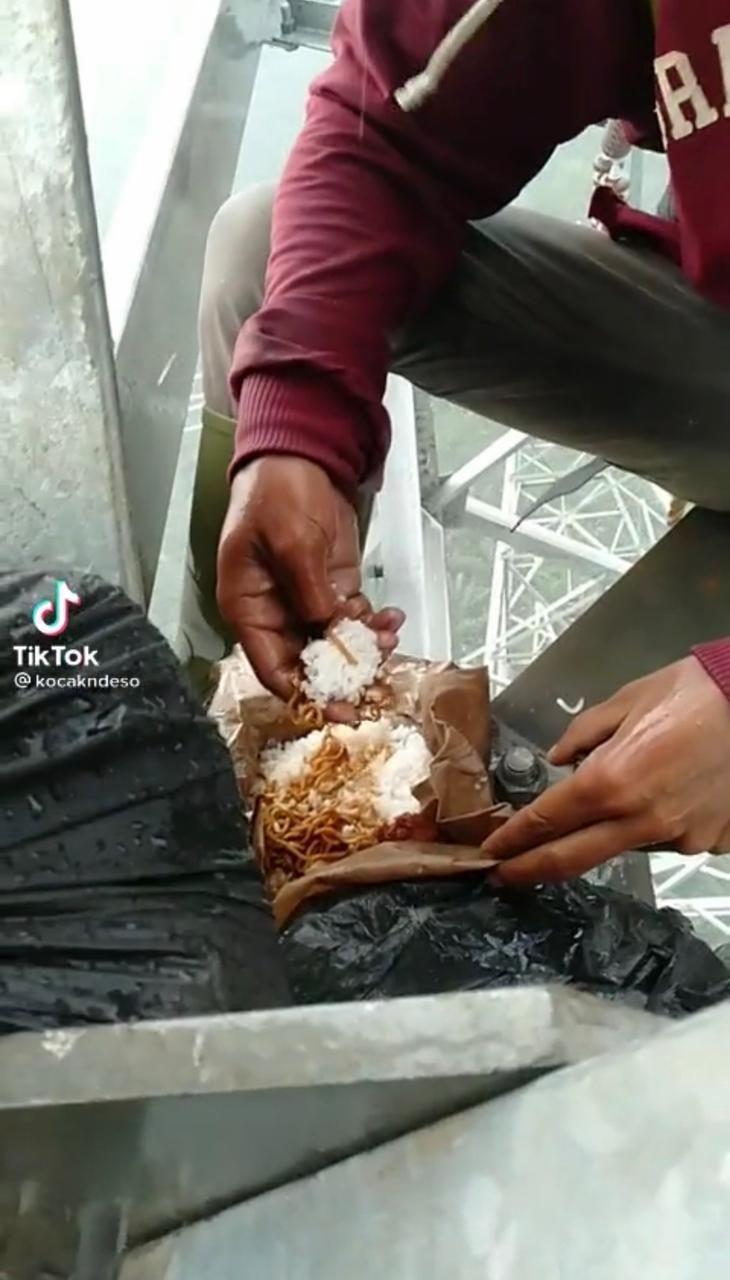 Asyik Makan Nasi Bungkus di Atas Menara Sutet, Para Pekerja Ini Banjir Pujian