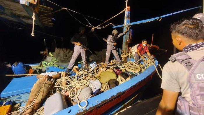 Bakamla RI Gagalkan Kapal Ikan Asing Mencuri Ikan di Indonesia