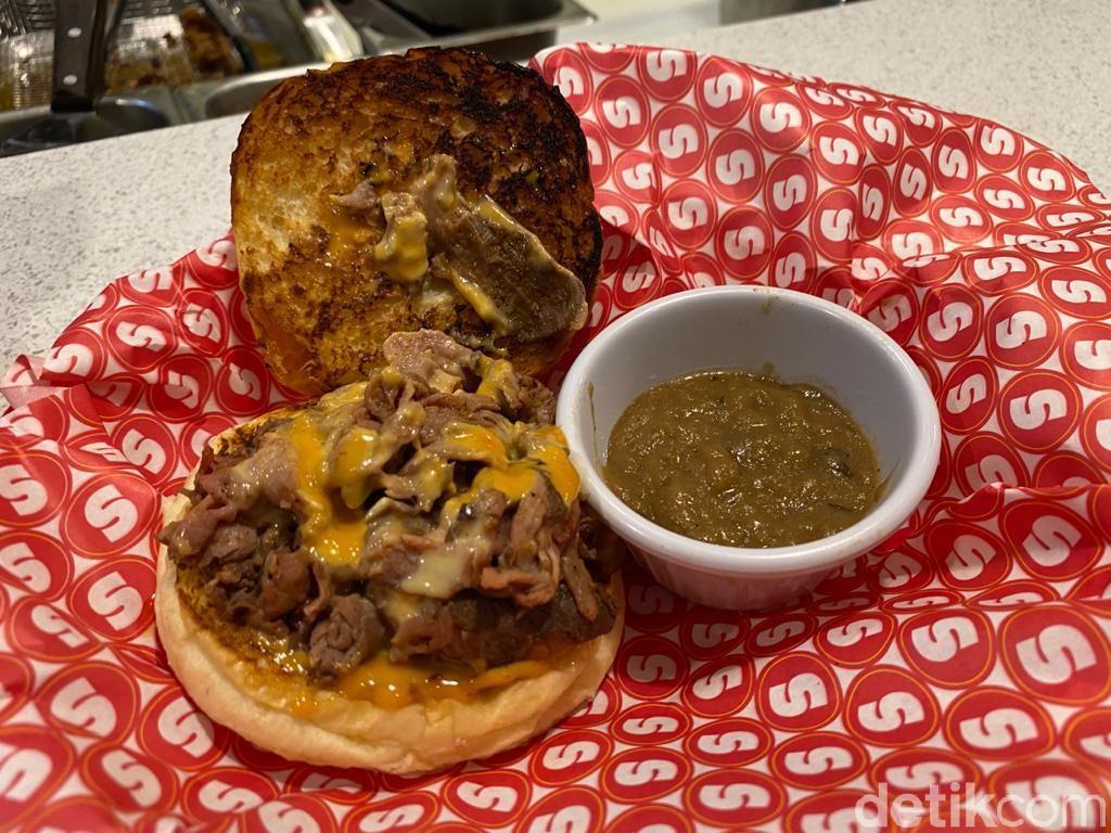 Berasa di New York! Makan Cheese Burger Klasik Buatan 'Supper' yang Hits