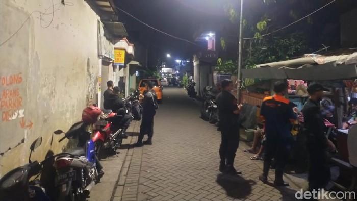 Pria di Surabaya ditemukan tewas dengan leher terikat tali. Polisi menyebut pria tersebut bunuh diri.