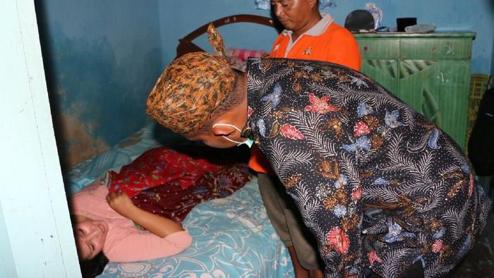 Bupati Sumenep Achmad Fauzi mengunjungi korban angin puting beliung di dua desa
