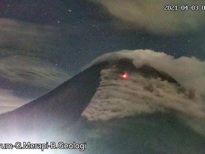 Gunung Merapi muntahkan awan panas, Sabtu (3/4/2021) dini hari.