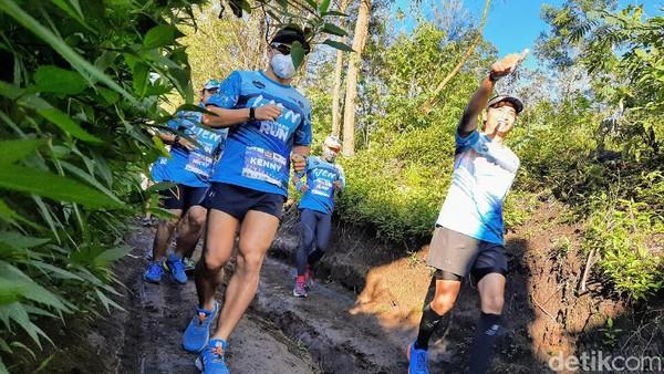 Sebanyak puluhan pelari tingkat nasional mengikuti lari lintas alam. Mereka berasal dari Jakarta, Bandung hingga Makassar.
