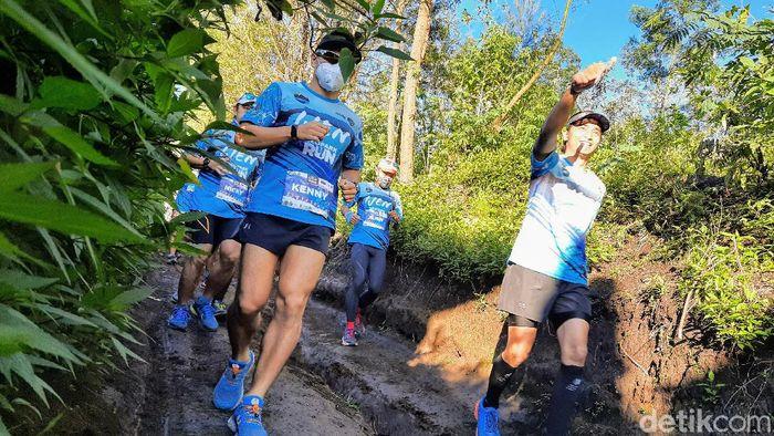 Puluhan pelari tingkat nasional mengikuti perlombaan Ijen Geopark Run. Para peserta start dari wilayah Kabupaten Bondowoso hingga finis di Banyuwangi pada 2-4 April 2021.