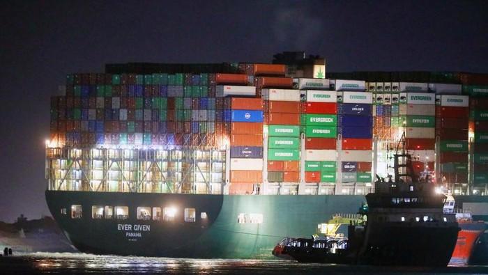 Melihat dari Dekat Kapal 4 Kali Lapangan Bola yang Nyangkut di Suez