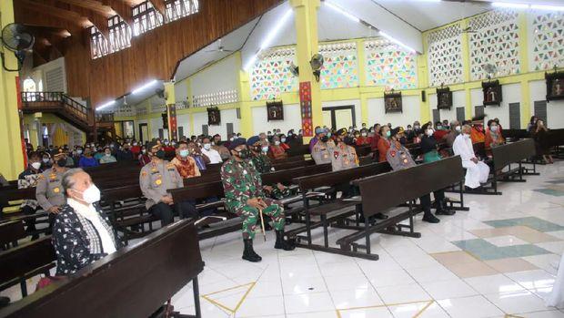 Kapolri Jenderal Listyo Sigit Prabowo meninjau vaksinasi COVID-19 di Polda NTT dan meninjau pengamanan jelang Paskah di Gereja Katolik St. Yoseph Naikoten Kupang (dok Polri)