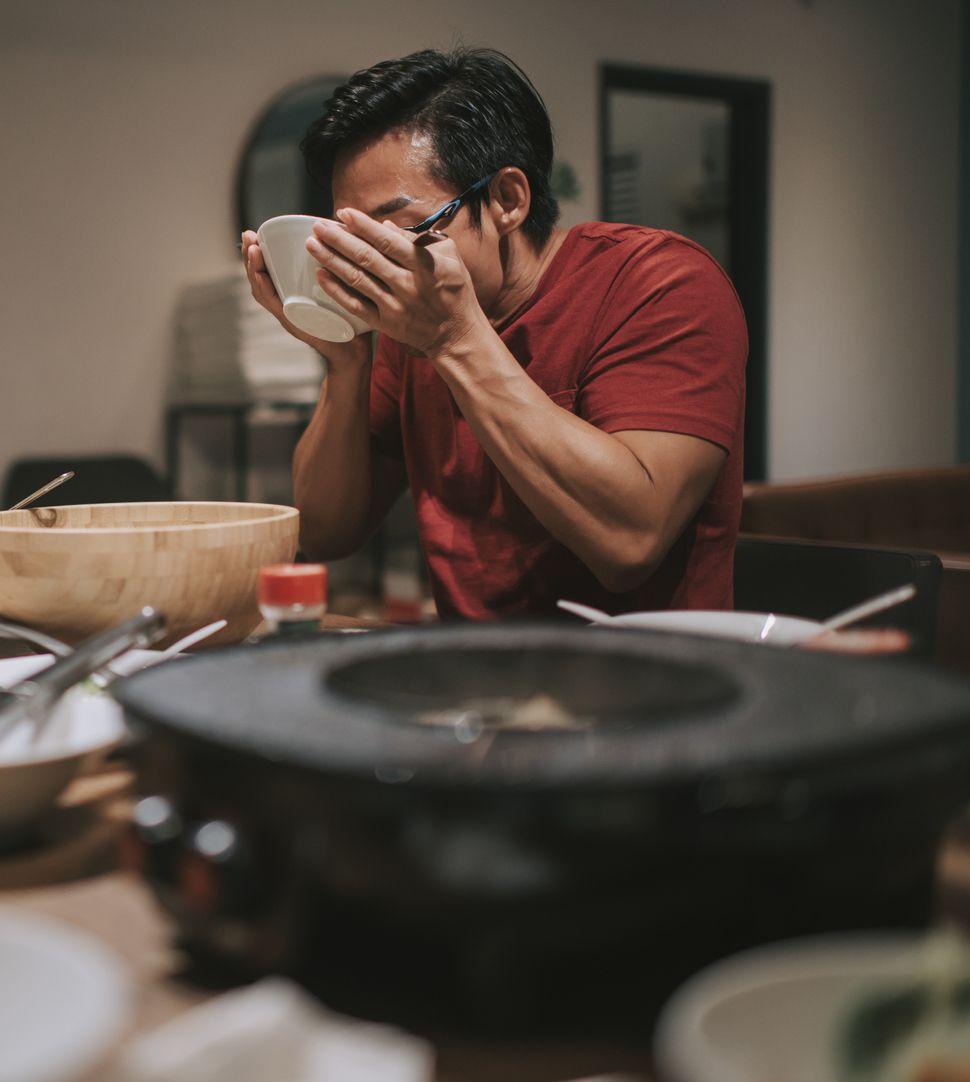 Kesal Dengar Suara Mobil Saat Makan, Pria Ini Siram Kuah Steamboat ke Pengunjung
