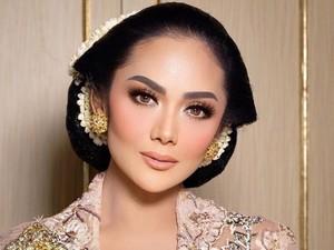 Bersanggul Jawa, Krisdayanti Cantik Manglingi di Pernikahan Aurel