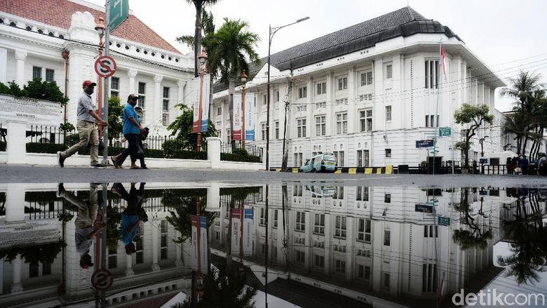 Para wisatawan lokal menikmati suasana kota tua di Kawasan Museum Fatahillah, Jakarta Barat, Sabtu (3/4/2021). Menurut data BPS yang dirilis Kamis (1/4/2021) jumlah kunjungan wisman turun 86,59% ketimbang Februari tahun lalu. Salah satu alasannya karena masa pandemi Covid-19.
