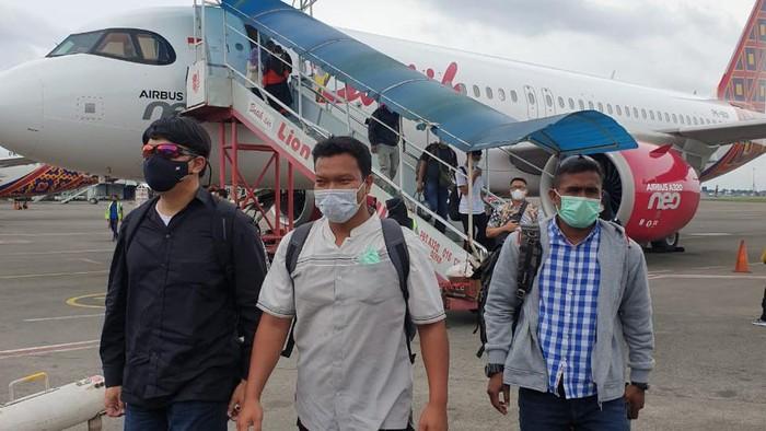 Muchsin Kamal alias Imam Muda, penjual airgun ke Zakiah Aini tiba di Bandara Soekarno-Hatta. Foto dikirim oleh orang Densus.