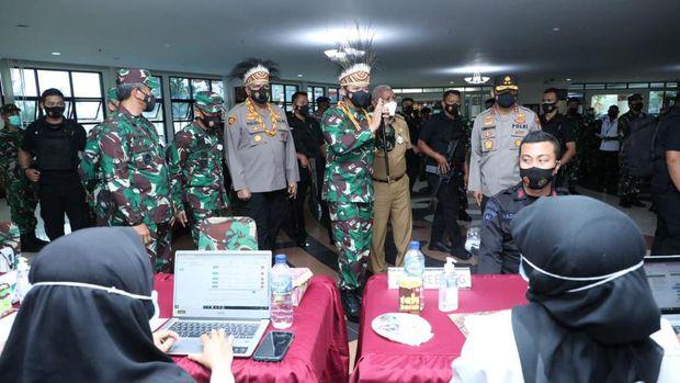 Panglima TNI Marsekal Hadi Tjahjanto meninjau vaksinasi anggota TNI-Polri dan pengamanan jelang Paskah di Manokwari (dok Puspen TNI)