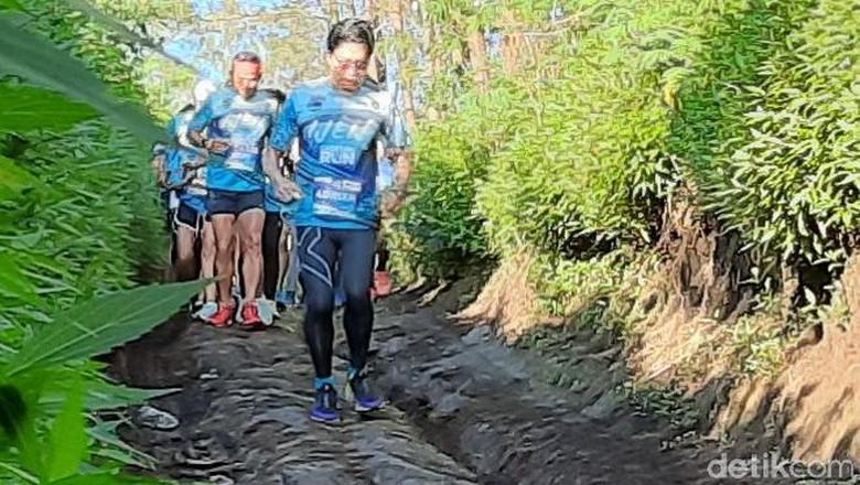 Puluhan pelari tingkat nasional mengikuti lari lintas alam di dua wilayah kabupaten. Mereka berlari dengan start wilayah Kabupaten Bondowoso hingga finish di Banyuwangi.