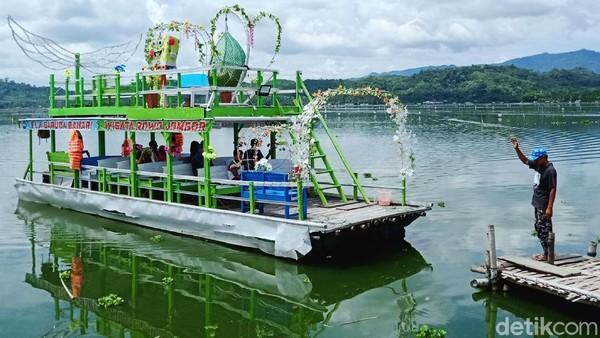Tidak hanya kuliner ikan di warung apung, tetapi puluhan perahu tradisional siap memanjakan wisatawan.