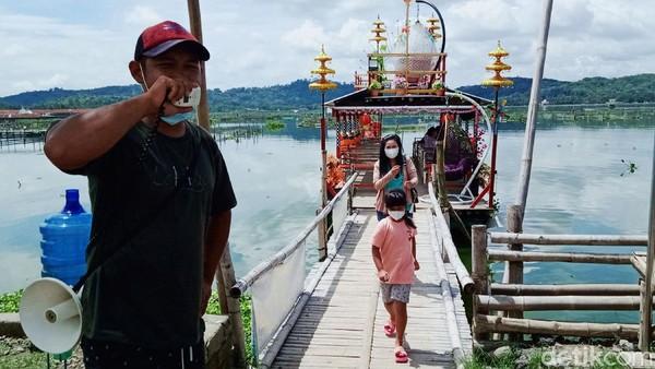 Awal mula wisata perahu itu berawal dari warung apung. Semula perahu sederhana hanya empat unit untuk mengantar pengunjung warung ke tengah rawa.