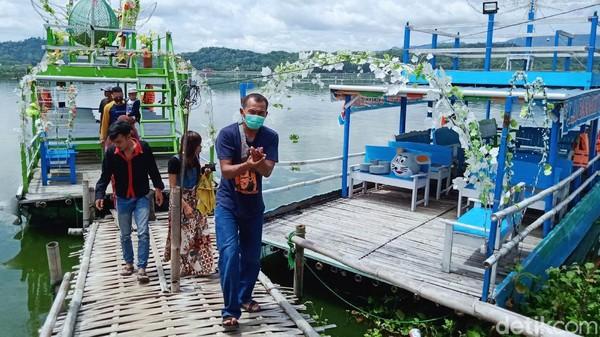 Satu perahu di hari biasa punya omset Rp 300.000 - Rp 500.000, tapi di hari libur atau akhir pekan bisa jutaan.