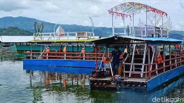 Pengunjung bisa menjelajahi rawa selama 15-30 menit dengan tiket Rp 5.000.