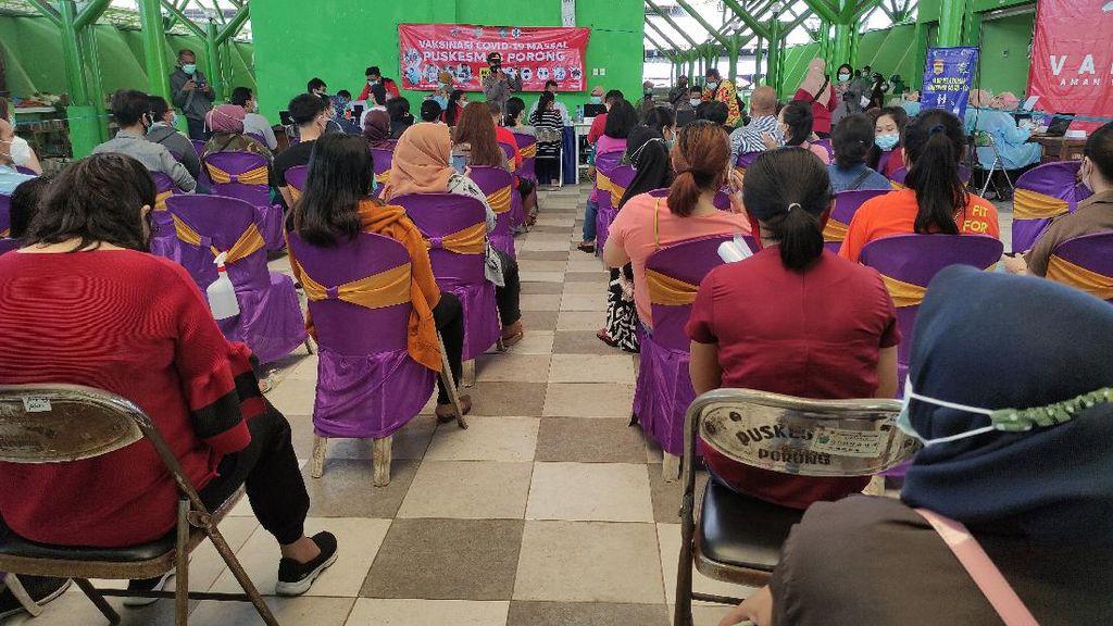 Ribuan Pedagang Pasar Porong di Sidoarjo Jalani Vaksinasi COVID-19
