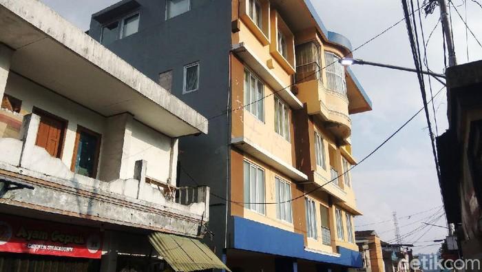Sejak ditetapkan sebagai tersangka, rumah Bupati Bandung Barat Aa Umbara Sutisna di Lembang terpantau sepi. Tak ada aktivitas di rumah berukuran besar itu.
