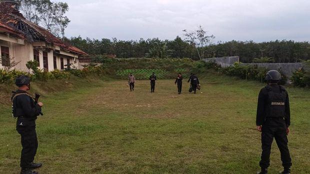 Seorang warga Lampung menemukan granat nanas saat akan menggali tanah. Dia sempat membawa granat pulang hingga membersihkannya (dok Polres Tulang Bawang)