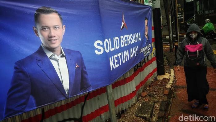 Warga melintas di depan spanduk dukungan untuk Ketum Partai Demokrat Agus Harimurti Yudhoyono, di jalan Fatmawati, Jakarta Selatan, Sabtu (3/4/2021). Spanduk dukungan tersebut terlihat di beberapa titik strategis di Jakarta. Seperti diketahui, sekelompok orang membuat acara yang disebut KLB Partai Demokrat dan memilih Moeldoko sebagai Ketua Umum, beberapa waktu lalu.
