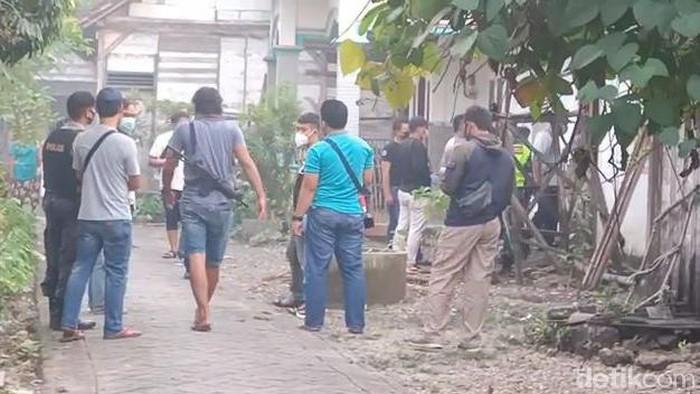 suasana Penggeledahan di rumah Terduga AP di Desa Ngujung Temayang