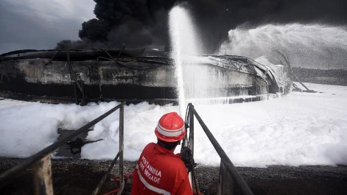 Kebakaran terjadi di kilang minyak PT Pertamina RU VI Balongan, Indramayu, Jawa Barat, Senin (29/3) lalu. Yuk lihat lagi Kilang Balongan sebelum dan saat terbakar.