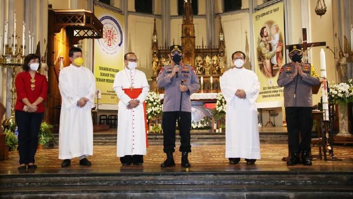 Kapolri Jenderal Listyo Sigit Prabowo melanjutkan peninjauan pengamanan gereja jelang Minggu Paskah di wilayah DKI Jakarta. Jenderal Listyo Sigit Prabowo kini meninjau pengamanan Gereja Katedral Jakarta usai dari Gereja Santa Jaksel.