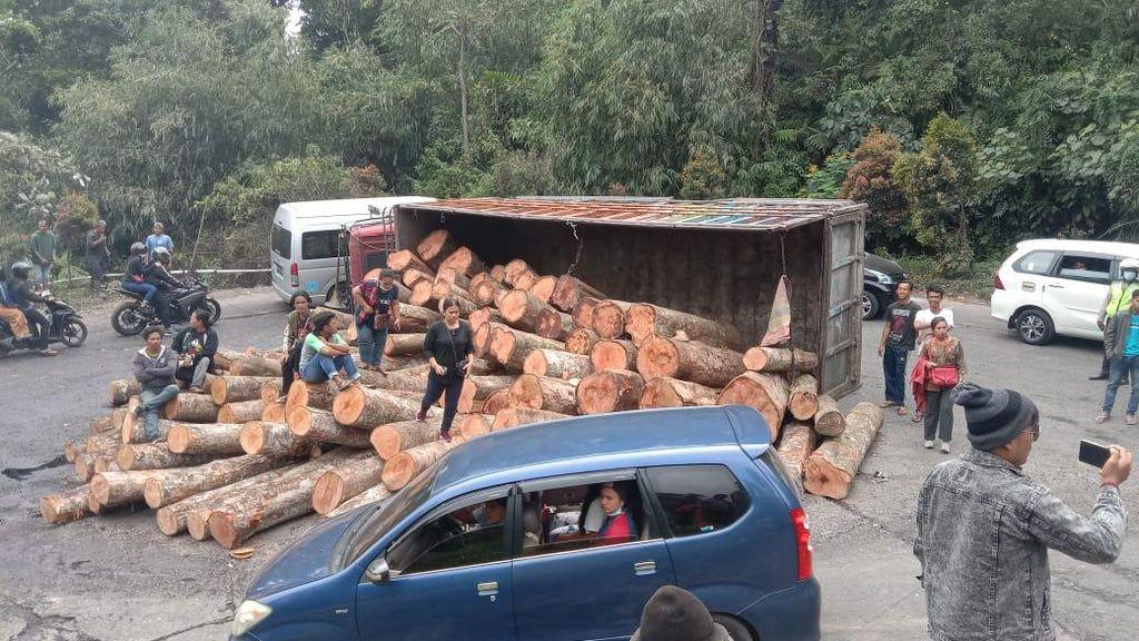 Truk Kayu Terbalik di Lintas Medan-Berastagi, Buka Tutup Jalan Diterapkan