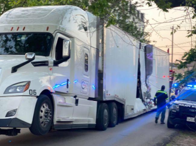 Duh, Truk Trailer Pengangkut Mobil Mewah Ini Ditabrak Kereta Api