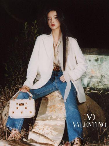 Pemotretan Valentino dikritik karena menampilkan model menginjak obi kimono.