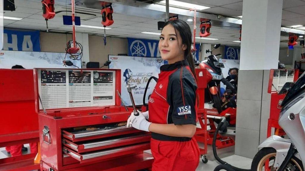 Saat Anya Geraldine Berseragam Mekanik Yamaha, Ngapain Nih?