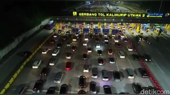 Arus balik libur paskah, antrean kendaraan di Tol Cipularang mengular