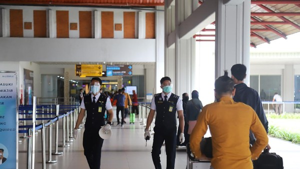 Menangani keramaian hari ini, petugas bandara telah berjaga untuk memastikan prokes tetap berjalan(dok Bandara Ngurah Rai)