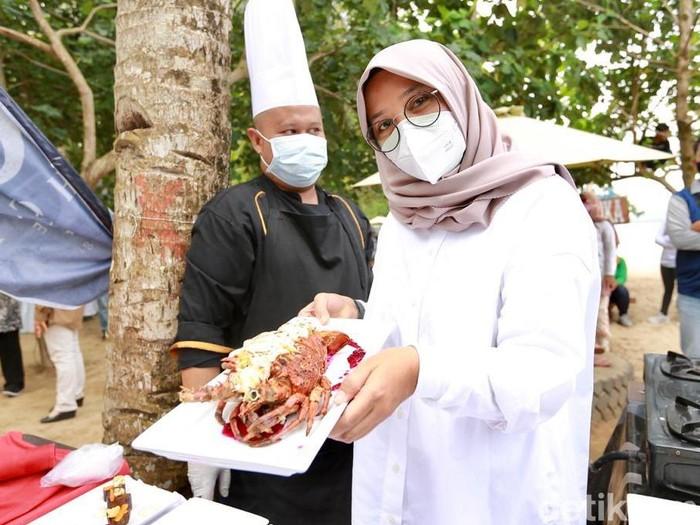 Pemkab Banyuwangi menggelar Festival Lobster, yang tergolong salah satu festival khusus lobster pertama di Tanah Air. Festival yang digelar di Pantai Mustika, Kecamatan Pesanggaran itu untuk semakin memperkenalkan lobster Banyuwangi yang telah diekspor ke banyak negara.