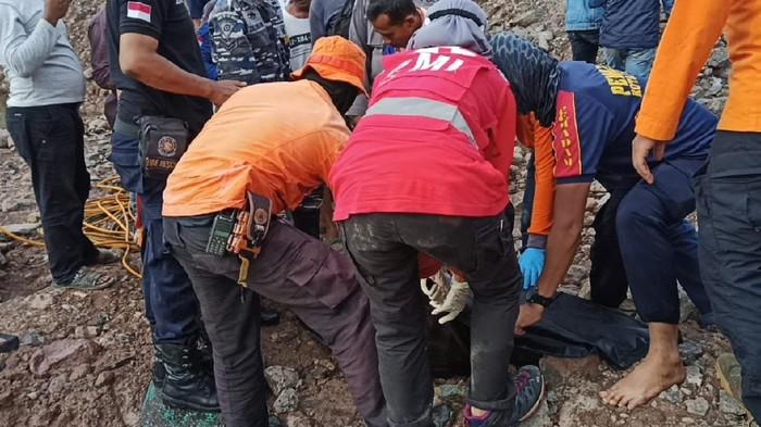 Evakuasi korban yang tenggelam di bekas galian C di Cilegon, Banten, Minggu (4/4/2021).
