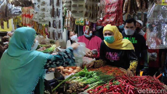 Gubernur Jatim Khofifah Indar Parawansa memastikan stok sembako aman menjalang Ramadhan. Bahkan, ada sejumlah komoditas yang over suplai.