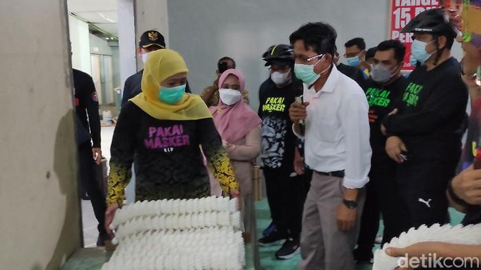 Gubernur Jatim Khofifah Indar Parawansa kagum dengan salah satu IKM di Lamongan. Yaitu UMKM shuttlecock.