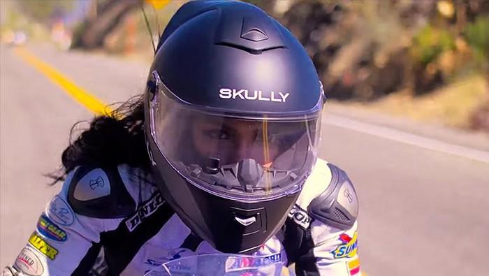 Helm canggih Skully dengan Augmented Reality (AR). Namun perusahaannya Skullt Technologies malah bangkrut karena mismanajemen.