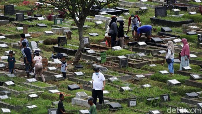 Sudah menjadi tradisi, setiap mendekati bulan suci Ramadhan, tempat pemakaman umum (TPU) selalu dipadati peziarah. Seperti yang terlihat di TPU Menteng Pulo, Jakarta.