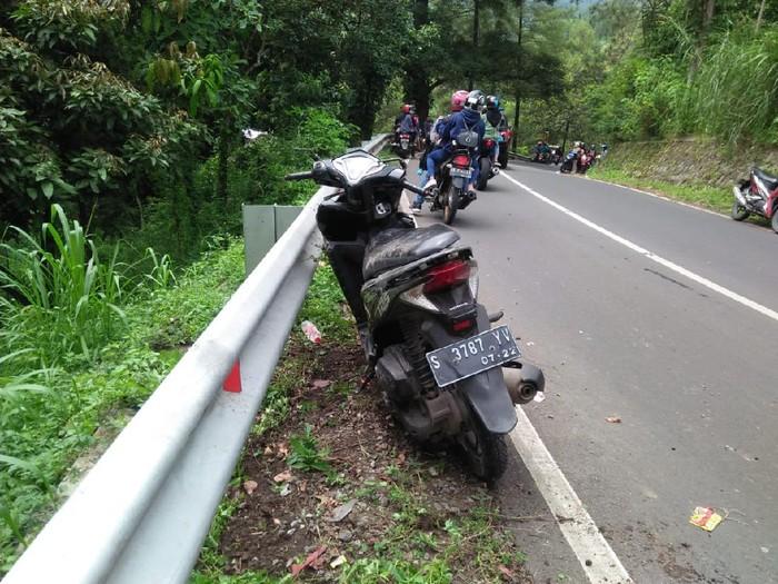 Jalur ekstrem di kawasan wisata Pacet, Kabupaten Mojokerto kembali menelan korban. Kali ini, dua gadis asal Jombang tewas setelah menabrak pembatas jalan.