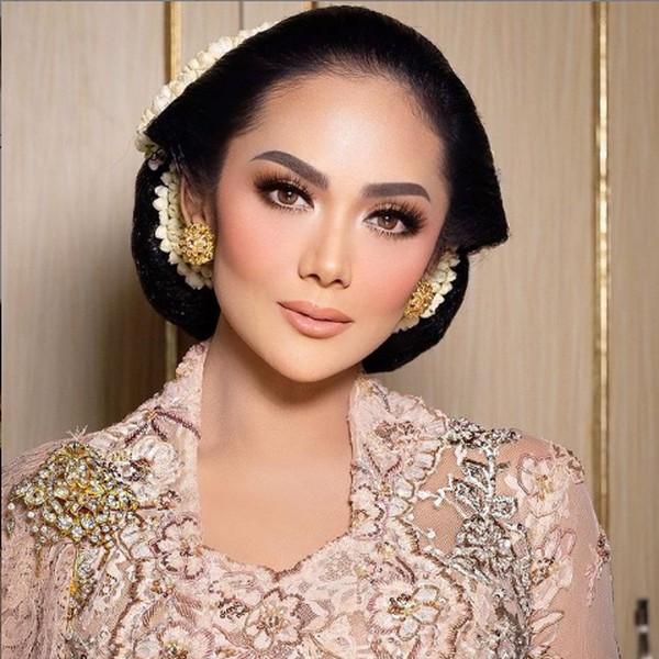 7 Foto Cantiknya Krisdayanti di Pernikahan Aurel Pakai Sanggul Bangun Tulak