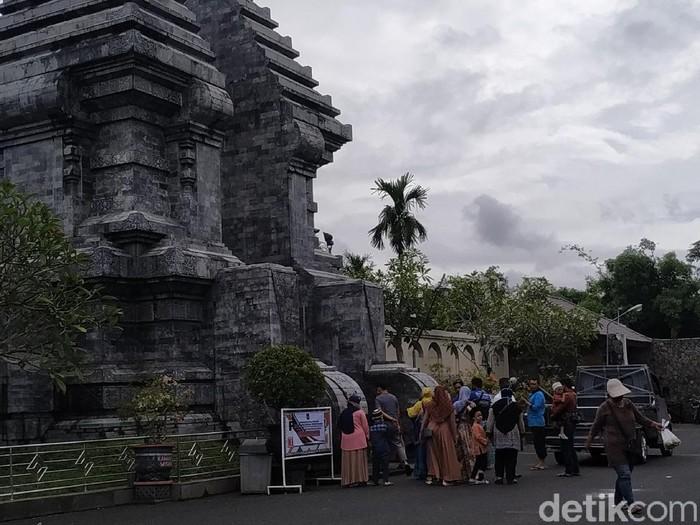 Di long weekend kali ini, jumlah pengunjung Makam Bung Karno meningkat 20 persen. Peziarah masih didominasi rombongan ziarah Wali Songo.