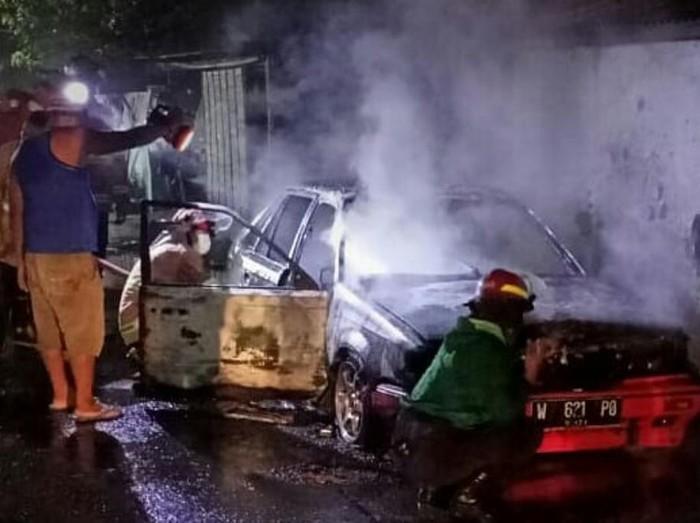 Sebuah mobil sedan terbakar di Pasuruan. Mobil terbakar tak lama setelah diparkir lalu ditinggal tidur.