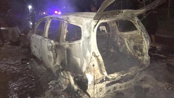 Sebuah MPV hangus terbakar di Ponorogo. Penyebabnya karena ada korsleting listrik.