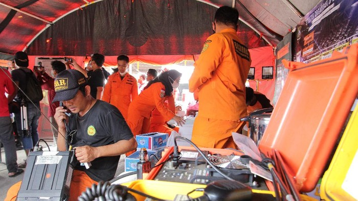 Personel Basarnas melakukan komunikasi saat pencarian korban kapal Barokah Jaya yang tenggelam di Eretan wetan, Indramayu, Jawa Barat, Minggu (4/4/2021). Kapal nelayan Barokah Jaya yang membawa 32 ABK tenggelam usai bertabrakan dengan kapal Habco Pioneer di perairan Indramayu, 15 orang selamat dan 17 orang anak buah kapal masih dalam pencarian. ANTARA FOTO/Dedhez Anggara/foc.