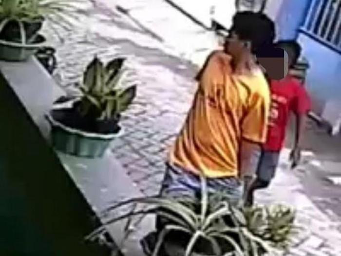 Aksi pencurian motor di Surabaya terekam kamera CCTV. Aksi pencurian ini pun viral di media sosial.