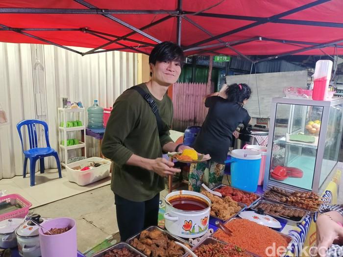 Wajahnya Mirip  Lee Min Ho, Penjual Nasi Kuning Ini di Samarinda Ini Viral