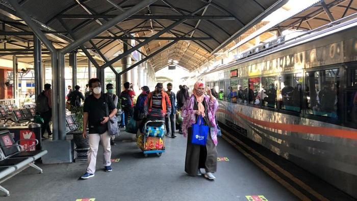 Pada long weekend kali ini, jumlah penumpang kereta di Daop 8 Surabaya tak mengalami kenaikan yang signifikan. Artinya, jumlah penumpang kereta masih normal seperti biasanya.